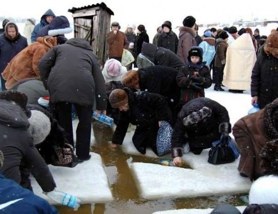 Прихожане набирают замироточившую воду