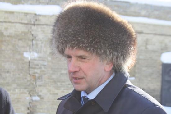 Посол России в Лавре примеряет именную шапку Януковича